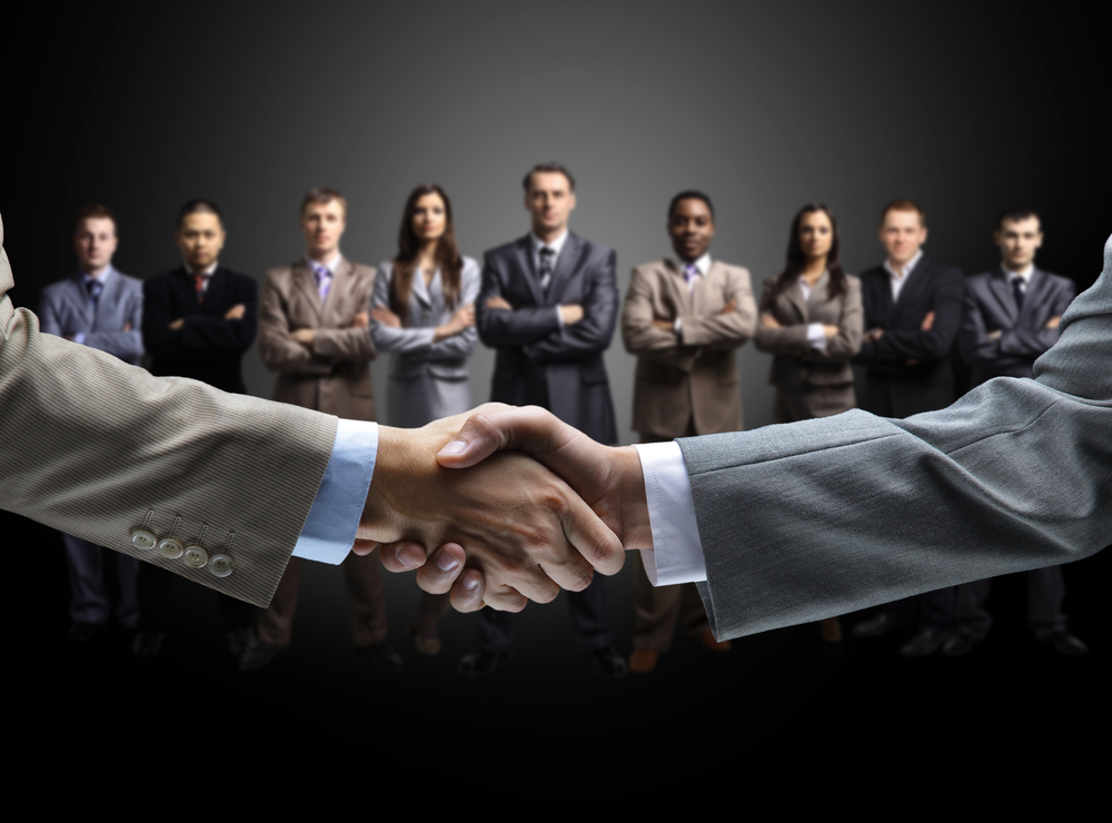 franchise broker shaking hands to close deal with franchise buyer